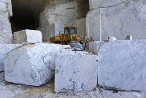 Carrara, operaio muore travolto da un blocco di marmo. Aveva un contratto di soli sei giorni