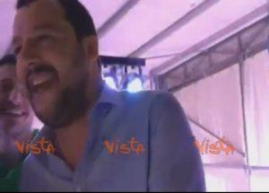 Matteo Salvini canta i Nomadi: sono gli unici che gli piacciono