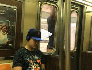 New York, si aggrappa all'esterno della porta del vagone VIDEO