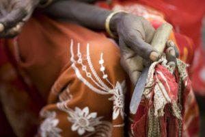 Mutilazioni genitali femminili, bimba di 10 anni muore dissanguata durante l'operazione