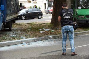 Milano, nordafricano si dà fuoco in strada: è gravissimo