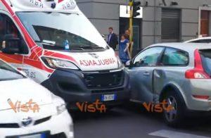 Milano, scontro tra ambulanza e auto
