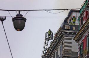 Napoli, incendio in una palazzina del centro: morta una anziana (foto Ansa)
