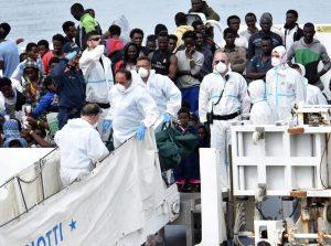 """Migranti, trasferiti su nave Guardia costiera i 66 della Vos Thalassa. Salvini: """"No in Italia"""". Ma Toninelli lo smentisce (foto Ansa)"""
