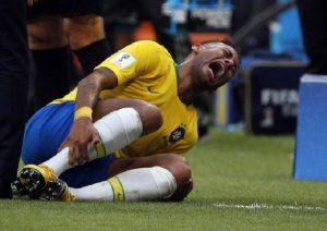 Neymar e la simulazione per i fotografi durante l'allenamento