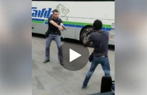 Milano, nigeriano minaccia passanti col coltello: l'arresto in diretta VIDEO
