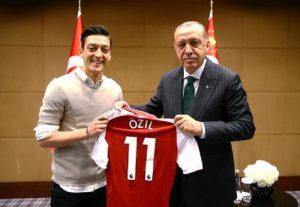 Ozil fa la vittima di razzismo anti turco ma è solo sponsor di un dittatore turco