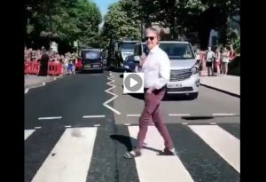 Paul McCartney torna a Abbey Road e...attraversa le famose strisce