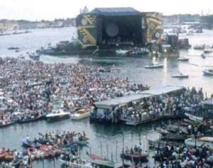 Migranti, bufale sul web: dai bimbi-bambolotti alla folla al concerto dei Pink Floyd