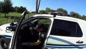 Poliziotto legge telefonino e travolge ciclista