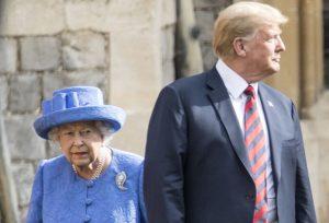 Trump dalla regina Elisabetta: in ritardo e niente inchino. Inglesi indignati