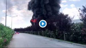 Caivano: incendio che si vede da chilometri, bruciano quintali di plastica VIDEO