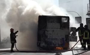 Genova, incendio sul bus: autista eroe salva i passeggeri VIDEO