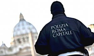 Roma, ubriaca alla guida provoca incidente. Poi aggredisce gli agenti