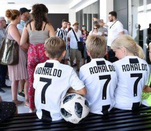 "Cristiano Ronaldo, folla al JMedical: ""Portaci la Champions"""