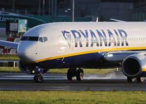 """Ryanair, sciopero cancella 132 voli in Italia. Ma """"niente compensazioni ai passeggeri"""". Enac indaga"""