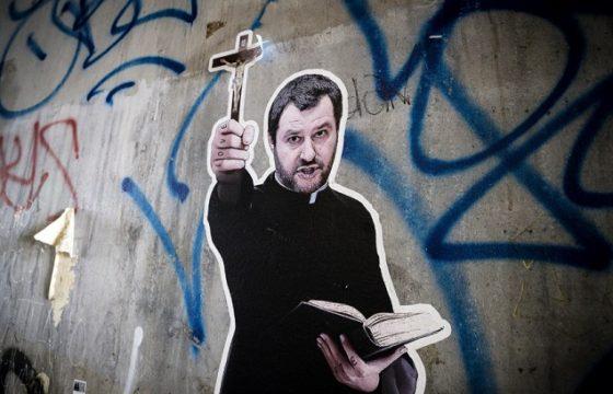 Matteo Salvini in tonaca da prete e col crocifisso in mano: murales a Roma FOTO