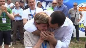 YOUTUBE Salvini a Pontida si commuove con la mamma di Gianluca Buonanno