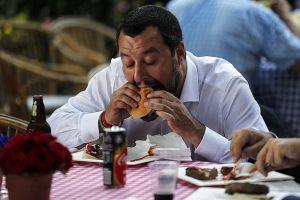 Salvini all'ambasciata Usa: mangia hamburger alla Festa dell'Indipendenza