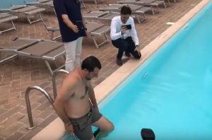 Salvini, bagno in costume e cuffia nella piscina confiscata alla mafia