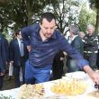 Salvini mangia all'griturismo