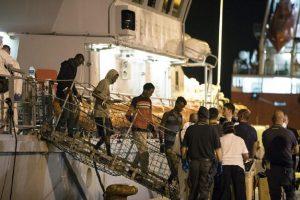 """Migranti, sbarcati tutti 450 di Pozzallo. Ma Ue sconfessa Salvini: """"Porti libici non sicuri"""""""