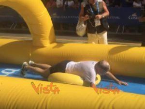 Genova, Costa Day: sindaco Marco Bucci sullo scivolo gonfiabile da 320 metri VIDEO