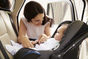 Sensori obbligatori sui seggiolini per non scordare i bimbi in auto: a 100 euro, fino a 11 anni?