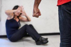 Siena: tenta di violentare una studentessa nel portone, poi si tocca