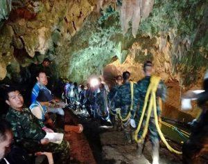 Thailandia, in salvo i primi due ragazzini: fuori dalla grotta, stanno bene