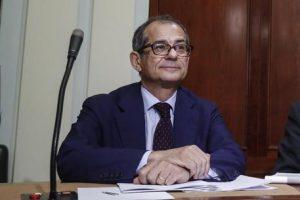 Flat tax nell'anno del mai, 50 miliardi Savona può confiscarli, ipotesi di socialismo reale...Nella foto il ministro dell'Economia Giovanni Tria (ANSA/GIUSEPPE LAMI)