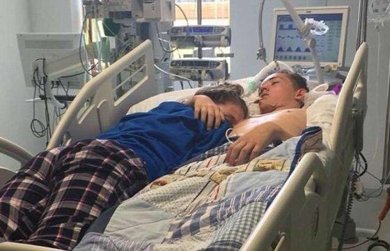 Abbraccia per l'ultima volta il suo ragazzo in punto di morte FOTO