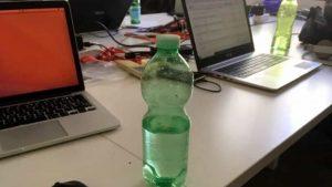 Milano, inietta acido nella bottiglietta d'acqua del collega. Arrestata impiegata