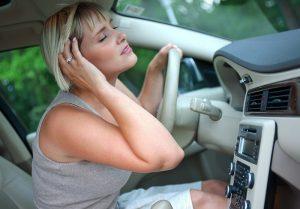 Aria condizionata e motore accesi ma auto in sosta? Multe fino a 432 euro