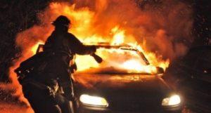 Roma, anziana investita e schiacciata contro un garage: l'auto ritrovata in fiamme