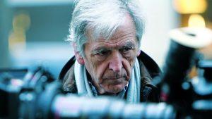 Costa Gravas morto: fake news diffusa da un giornalista italiano. Il regista costretto a smentire in diretta tv