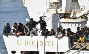 Nave Diciotti, appello a Mattarella: può l'Italia impedire l'attracco alla Guardia Costiera?