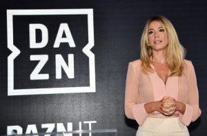 Diletta Leotta passa davanti alla panchina, calciatori del Napoli a bocca aperta