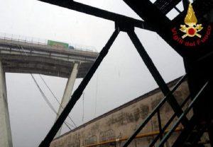 """Genova, Domenico Criscito: """"Sono passato sul ponte 10 minuti prima del crollo"""" (foto Ansa)"""