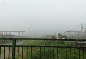 """Genova, un testimone: """"Ho visto crollare il ponte davanti a me. Forse un tirante è stato colpito da un fulmine"""" (foto Ansa)"""
