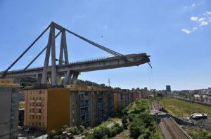 Genova, il viadotto e la politica (foto Ansa)