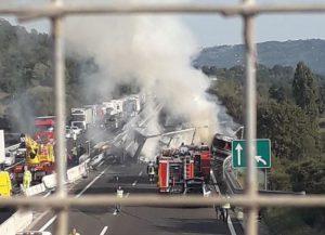 Due incidenti in Autosole: padre e figlio morti carbonizzati