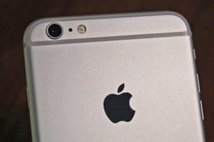 iPhone, a cosa serve il foro tra la fotocamera e il flash
