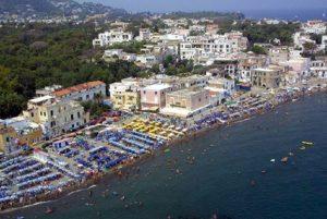 Ischia, il Comune vieta passeggiate in costume o scalzi. Multe fino a 500 euro (foto Ansa)