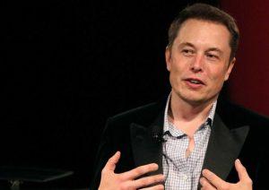 """Tesla, Elon Musk """"esaurito"""" dal troppo lavoro, sonniferi e stress: """"Non sto bene"""""""