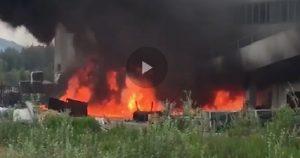 """Pietrasanta (Lucca), incendio nel capannone coi solventi. Sos nube tossica: """"Chiudete porte e finestre"""""""
