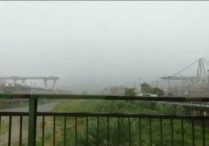 """Genova, i testimoni:  """"Un fulmine ha colpito il ponte. Poi è crollato tutto"""" (foto Ansa)"""