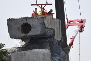 Ponte Morandi, come abbattere i tronconi? Due vie: pezzo a pezzo o esplosione controllata