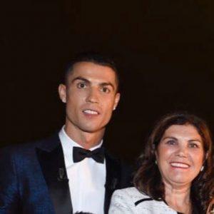 Cristiano Ronaldo tra Georgina, Irina: i commenti social della madre scatenano gli utenti