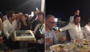 Matteo Salvini, selfie con la focaccia a Recco. Il giorno dopo il crollo del ponte Morandi